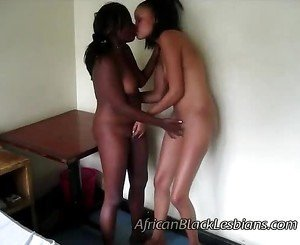 Light skinned sis tongues busty African amateur in thi13aisha-lisha-bedroom2-2-1