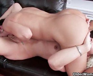 Mature moms give their pussy a workout